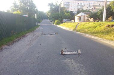 Под Киевом мужчина самостоятельно починил ямы на дороге