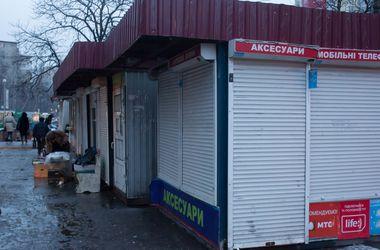 В Киеве 30 неизвестных с битами разгромили несколько киосков