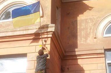 В Артемовске вешают украинские флаги