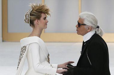 Показ Chanel в Париже закрывала невеста в положении