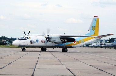 Раненых украинских военных доставляют в больницы на самолете