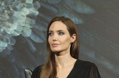 Анджелина Джоли лично занимается организацией свиданий своего 12-летнего сына