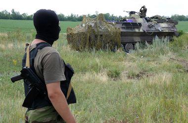 Боевики сдаются в плен и бросают оружие – СНБО