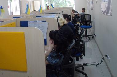 В Харьковском call-центре помощи беженцам из Донбасса работают сами переселенцы