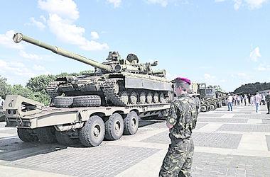Киевлянам показали гранатометы и танки, конфискованные у террористов
