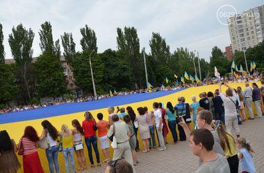 В Мариуполе развернули гигантский флаг Украины и фотографировались в вышиванках