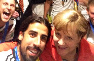 Меркель сделала селфи с футболистами сборной Германии