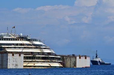 Costa Concordia начали снимать с рифа в Средиземном море