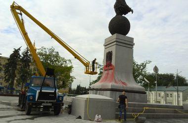 В Харькове вандалы облили краской монумент Независимости