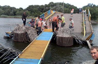Как жители Донбасса восстанавливают мост, взорванный боевиками