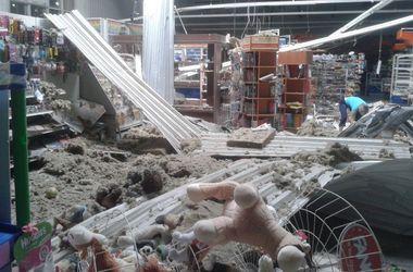 В Луганске артиллерийский снаряд попал в супермаркет
