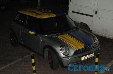 В Киеве на Позняках раскрасили Mini Cooper в национальном стиле