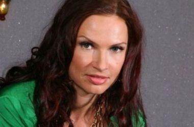 Эвелина Бледанс донашивает босоножки звезды советских комедий Натальи Селезневой