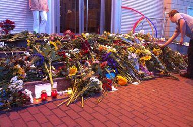 """К посольству Нидерландов в Киеве приносят цветы, чтобы почтить память жертв крушения """"Боинга-777"""""""