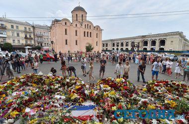 Украинцы усыпали посольство Нидерландов в Киеве цветами и игрушками