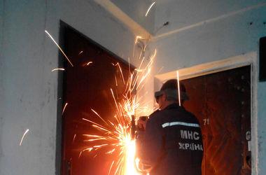 В Днепропетровской области спасатели срезали двери, чтобы вынести инвалида