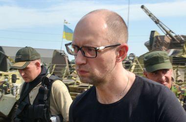 Яценюк: Боевики под управлениеv РФ скрывают улики международного преступления