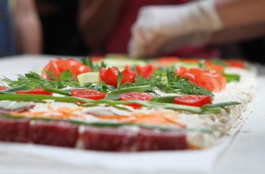 В Киеве сделали рушник из сыра, помидоров и салями