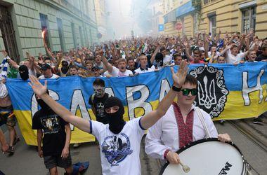 Патриотичный марш футбольных фанатов прошел во Львове