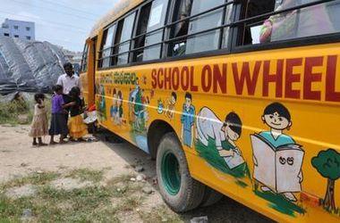 Автобус с детьми попал под поезд в Индии