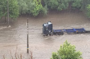Из-за мощного ливня в Одессе случился транспортный коллапс