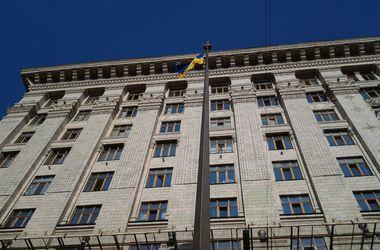 Без мэра, но с шампанским: Киев отметил годовщину поднятия украинского флага
