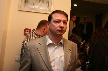 Киевские чиновники обещают экономить на мобильной связи и мебели
