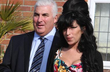 Отец Эми Уайнхаус утверждает, что все еще общается с дочерью
