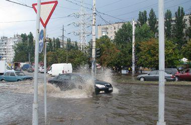 """Потоп в Одессе: по улицам плавали машины и образовались гигантские """"озера"""""""
