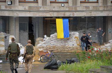 Силы АТО подняли украинский флаг над горсоветом Лисичанска