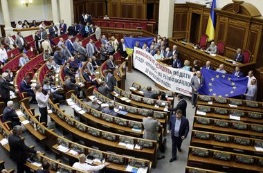 Перевыборы Рады: депутаты борются за рейтинги и сплетничают о партии имени Порошенко