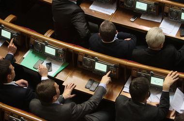 Политологи: Депутатам выгодно не увольнять Яценюка