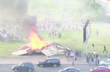 На Позняках в Киеве местные жители в третий раз сожгли забор