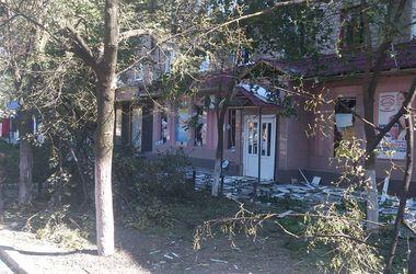 Горловка после обстрела: развороченная земля, пробоины в жилых домах, поваленные деревья