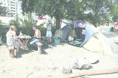 В Киеве беженцы из Крыма живут на набережной в палатках