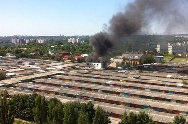 В Харькове горит гаражный кооператив