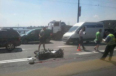 Подробности утреннего ДТП на мосту Патона: в аварию попали три авто и мотоцикл, байкер погиб