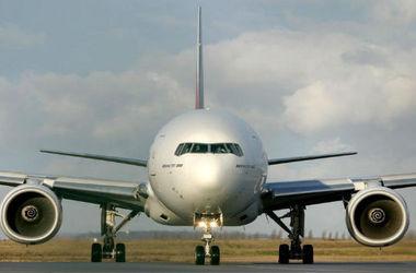 В Домодедово самолет застрял в расплавившемся асфальте