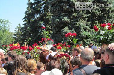 Как прощались с мэром Кременчуга: люди апплодировали, а над площадью пролетел аист