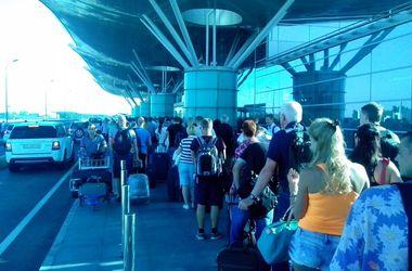 """Утром в """"Борисполе"""" образовались огромные """"пробки"""" из пассажиров из-за дополнительного контроля"""