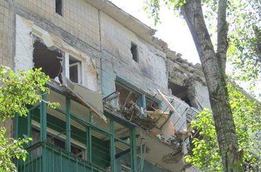 Последствия боев в Авдеевке: взорванные детские площадки и горы пепла от сгоревших авто