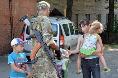 Из Харцызска эвакуировали более 40 сирот
