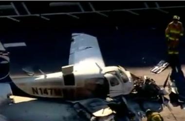 В США самолет рухнул на парковку торгового центра