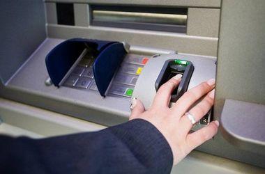 В Украине становится все меньше банкоматов, а клиенты банков закрывают карочки