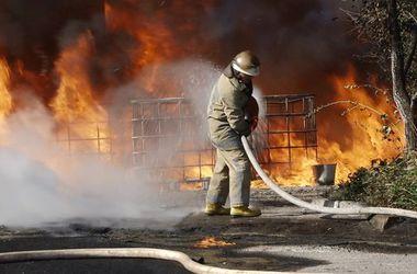 Под Киевом произошел мощный пожар на заводе, его тушили 26 человек