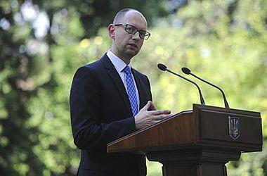 Яценюк: Мы оставили министрам и депутатам голый оклад