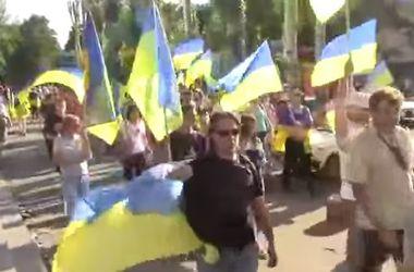 Жители Краматорска спели повстанческую песню и устроили шествие с украинскими флагами