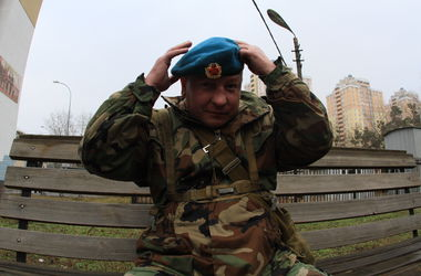 Киевский военкомат зовет добровольцев служить на границе и в ВДВ