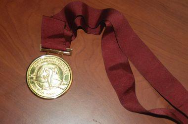 Чемпионка мира продает золотую медаль, чтобы поддержать армию
