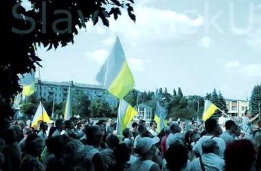 В освобожденном Славянске люди пели гимн и скандировали лозунги за единство Украины